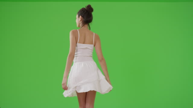 vídeos de stock e filmes b-roll de a latina girl dances in a sundress on green screen - turning