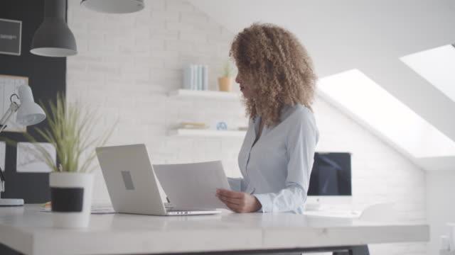 latina ledarskap: affärskvinna arbetande i hennes kontor. - 30 34 ��r bildbanksvideor och videomaterial från bakom kulisserna