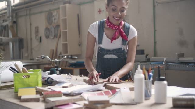 stockvideo's en b-roll-footage met latina leiderschap - timmerman - waist up