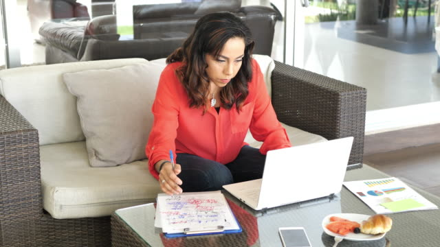 vídeos de stock e filmes b-roll de latina mature businesswoman working from home - latino americano
