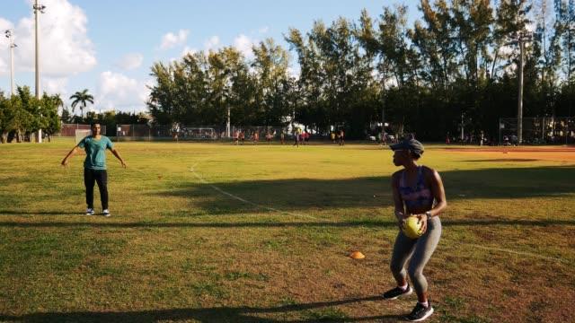 晴れた夏の朝に米国でアメリカン フットボールをするラテン/ヒスパニック系カップル - プエルトリコ人点の映像素材/bロール