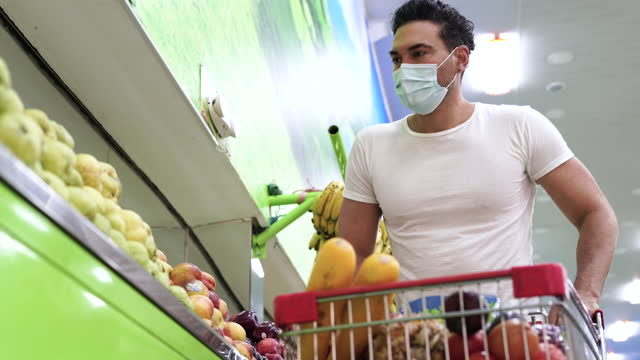 latino ethnischen mann mit seinem handy, während im supermarkt - 35 39 years stock-videos und b-roll-filmmaterial