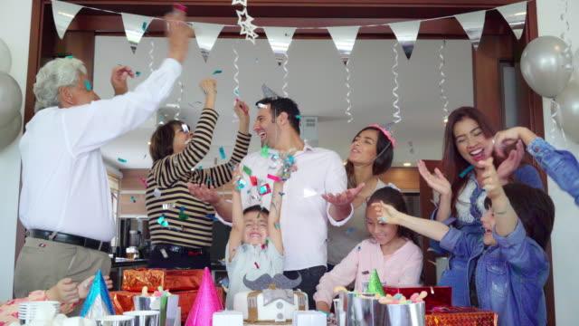 familie latino organisiert überraschungs-geburtstag - geburtstag stock-videos und b-roll-filmmaterial