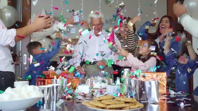 la famiglia latino organizza il compleanno a sorpresa - camicia video stock e b–roll