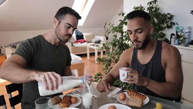 latino gay par hemma med hälsosam måltid till frukost - dairy product bildbanksvideor och videomaterial från bakom kulisserna
