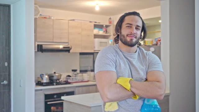 latino-mann trainiert zu hause - 30 39 years stock-videos und b-roll-filmmaterial