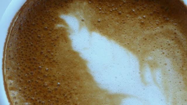 Latte Art Kaffee fertig trinken, Nahaufnahme