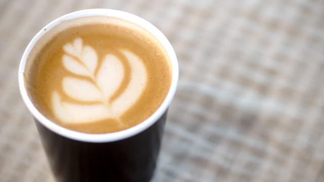 latte kunst, kaffee bereit, auf dem tisch am morgen zu trinken. - cup stock-videos und b-roll-filmmaterial
