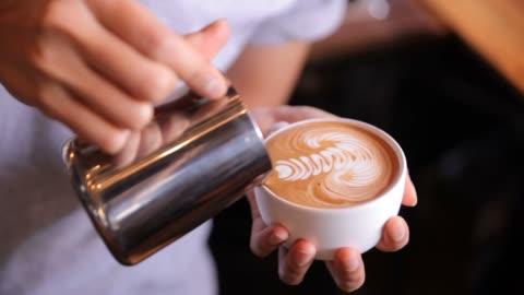 latte art macht, hd - kaffee stock-videos und b-roll-filmmaterial