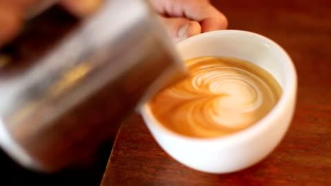 latte art eingießen. - kaffee stock-videos und b-roll-filmmaterial
