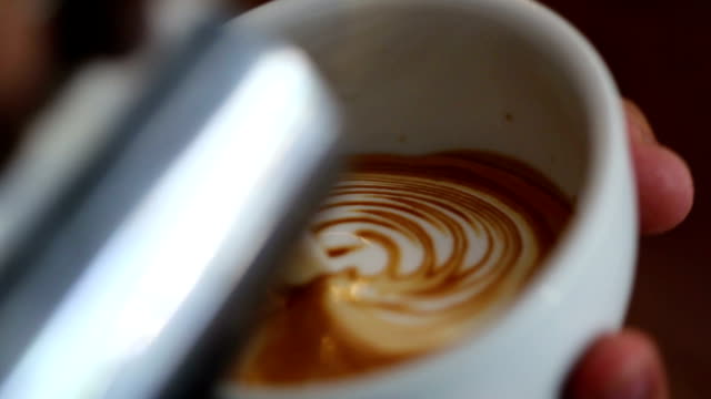 latte art pouring - skummande dryck bildbanksvideor och videomaterial från bakom kulisserna