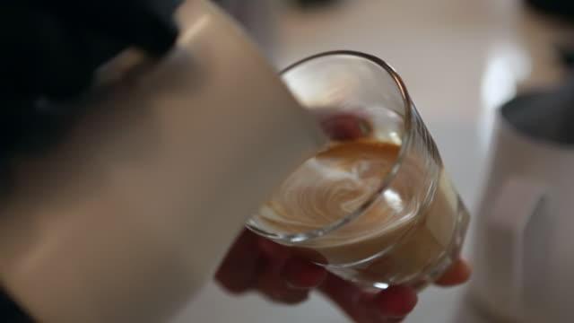 latte art eingießen - kaffeetasse stock-videos und b-roll-filmmaterial