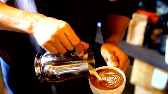 vídeos y material grabado en eventos de stock de café con leche arte - escarapela