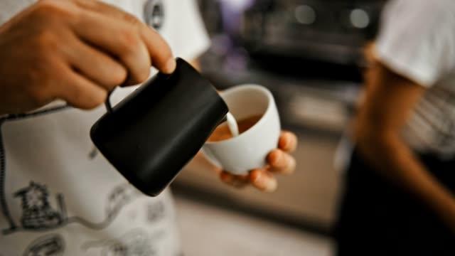 vídeos de stock, filmes e b-roll de latte de arte  - barista