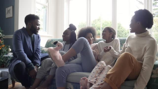 laughing african american family on christmas, medium shot - geschwister stock-videos und b-roll-filmmaterial