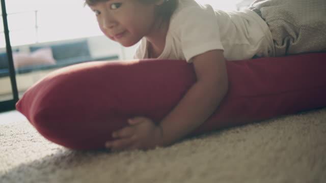 vídeos y material grabado en eventos de stock de risa de bebé, niño (2 años) que se divierten - 6 11 months