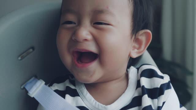stockvideo's en b-roll-footage met laughing baby - 6 11 maanden
