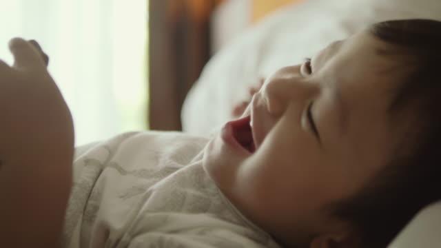 vídeos de stock, filmes e b-roll de bebê rindo - só um bebê menino