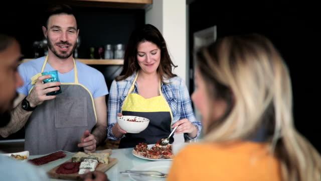 Paar Reden und lachen Vorbereitung Abendessen