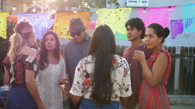 ms laughing friends in discussion during backyard party on summer evening - 20 29 år bildbanksvideor och videomaterial från bakom kulisserna