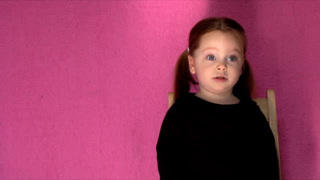 vídeos y material grabado en eventos de stock de niña sonriente (alta definición, ntsc - anamórfico