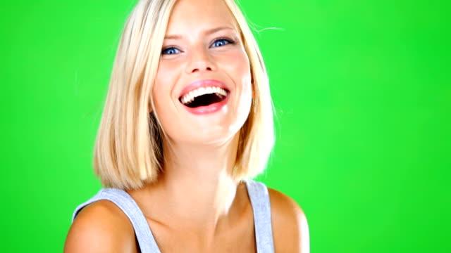 vídeos de stock, filmes e b-roll de alegria fácil de chegar para sua - cabelo curto comprimento de cabelo