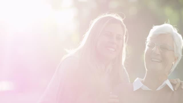 skratt är den bästa medicinen - förälder och barn bildbanksvideor och videomaterial från bakom kulisserna