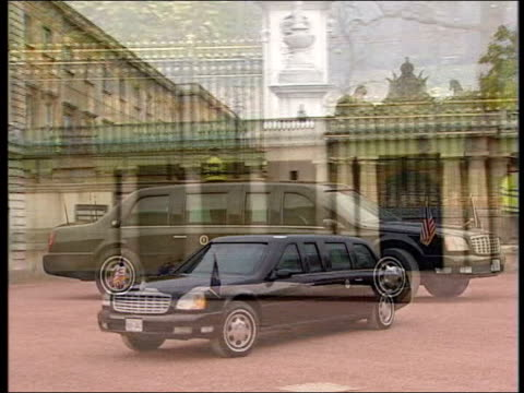 vídeos de stock, filmes e b-roll de bmw launch bulletproof car lib london buckingham palace armoured limousine along in palace courtyard us president george w bush out of car - à prova de balas