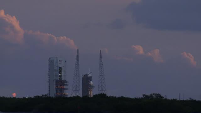 vídeos y material grabado en eventos de stock de launch day of orion spacecraft on a delta iv heavy rocket - cohete espacial