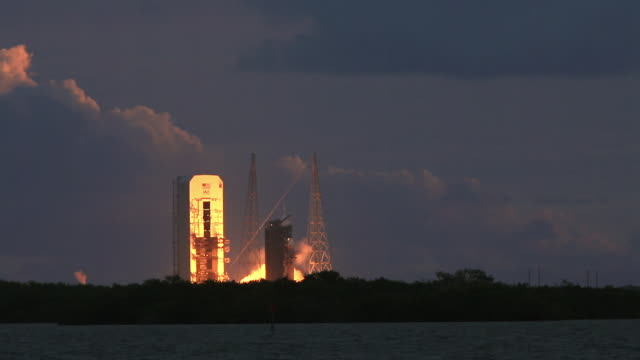 launch day of orion spacecraft on a delta iv heavy rocket - rakete stock-videos und b-roll-filmmaterial