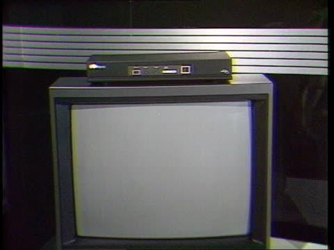 launch delay; bsb receiver on top of tv set r 2.8.88 - itn lib cms receiver - bericht film und fernsehen stock-videos und b-roll-filmmaterial