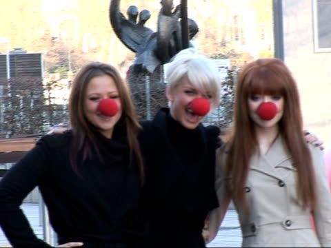 vídeos y material grabado en eventos de stock de launch of 2007 comic relief: celebrities launch red nose day at london eye; walsh, harding and roberts posing at photocall - red nose day