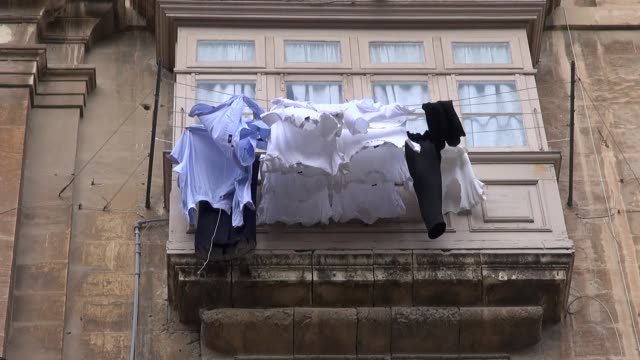 vídeos de stock, filmes e b-roll de laundry hanging on rope - janela saliente