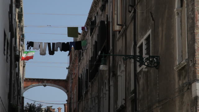 mh la ld laundry hanging out to dry between buildings / venice, italy - pendere video stock e b–roll