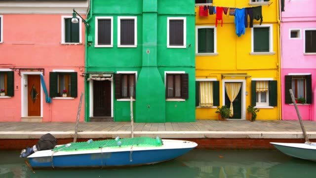 laundry hanging to dry from clothesline in colorful neighborhood on burano island, venice, italy - slow slider - multi coloured 個影片檔及 b 捲影像
