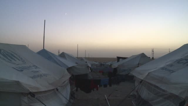 laundry hung between tents bhadra refugee camp - isil konflikt stock-videos und b-roll-filmmaterial