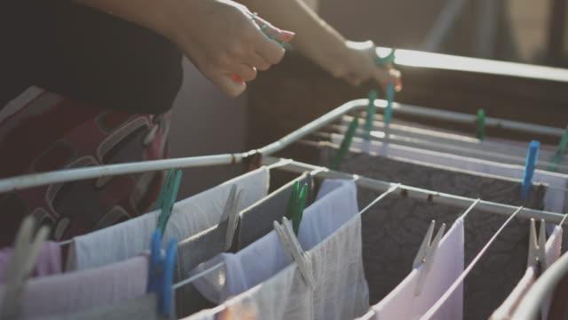 vídeos de stock, filmes e b-roll de linha de lavanderia com roupa - laundry detergent