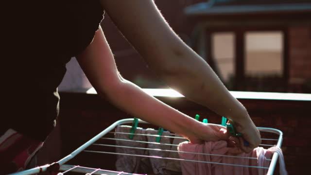 stockvideo's en b-roll-footage met waslijn met kleding - wasmand