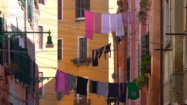 stockvideo's en b-roll-footage met wasserij op clotheslines - waslijn