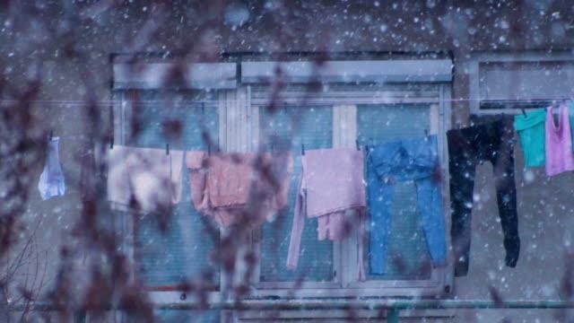 Wäsche auf den Draht während schneit