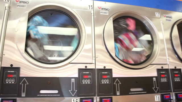 laundry spinning inside washing machines at super suds laundromat in reading, pennsylvania on december 12, 2011 - waschsalon stock-videos und b-roll-filmmaterial