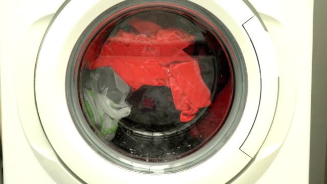 wäscherei im haus - herumwirbeln stock-videos und b-roll-filmmaterial