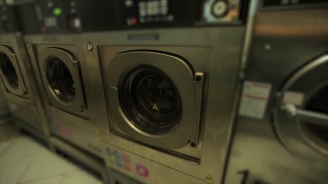stockvideo's en b-roll-footage met wasserij-wasmachine en droger - wasmachine