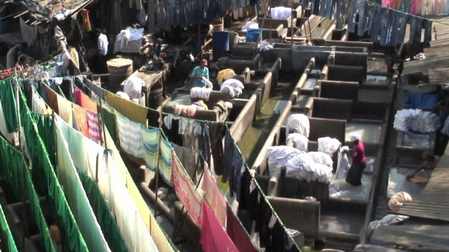 ws laundrymen at dhobi ghat washing clothes in wash pens / mumbai, india / audio - maharashtra stock-videos und b-roll-filmmaterial