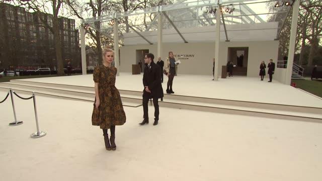 vídeos de stock, filmes e b-roll de laura bailey at burberry prorsum red carpet arrivals london fashion week autumn/winter 2012 at kensington gardens on february 20 2012 in london... - semana da moda de londres