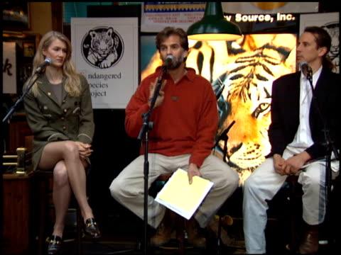 vídeos y material grabado en eventos de stock de laura dern at the tiger trade protest at hard rock cafe on march 1 1995 - laura dern
