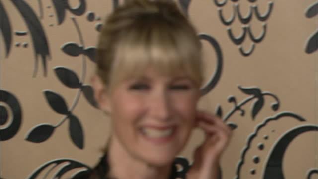vídeos y material grabado en eventos de stock de ms laura dern smiling and posing for paparazzi as she moves along red carpet - laura dern