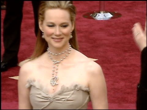 stockvideo's en b-roll-footage met laura linney at the 2005 academy awards at the kodak theatre in hollywood, california on february 27, 2005. - 77e jaarlijkse academy awards