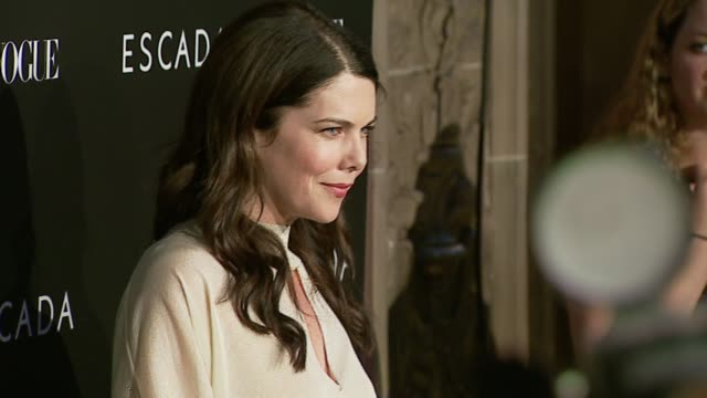 lauren graham at the the grand opening of the beverly hills flagship boutique celebrated by escada, hilary swank and vogue at escada in beverly... - escada stock-videos und b-roll-filmmaterial