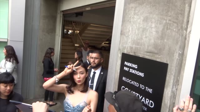 vidéos et rushes de lauren tsai signs for fans outside the legion season 3 premiere at arclight cinemas in hollywood in celebrity sightings in los angeles, - arclight cinemas hollywood